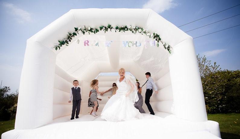 Najnoviji trend na vjenčanjima: bijeli dvorac na napuhavanje!