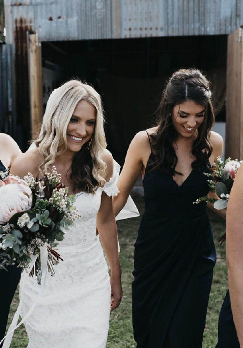 Crna haljina za vjenčanu kumu Nije nemoguće!